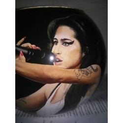 18 Zandschildering Amy Winehouse
